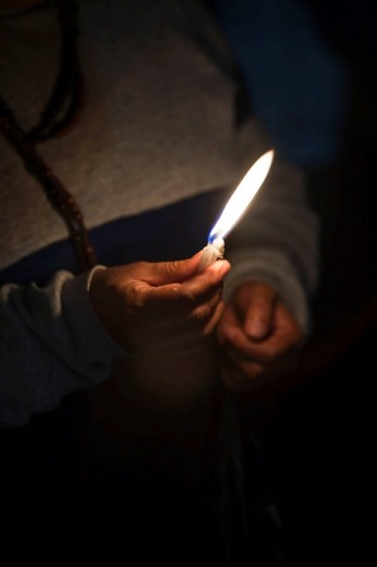 Stock Photo: 1566-528383 Hand holding candle