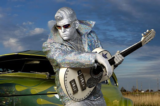 Silver Elvis with a guitar propped on a hot rod car countryside scenic  Performing artist Peter Jarvis from Toronto Canada : Stock Photo