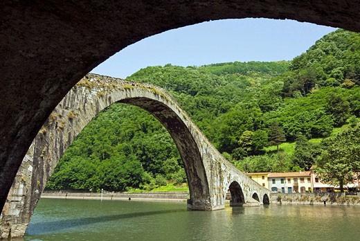 Stock Photo: 1566-534151 Ponte del Diavolo (´Bridge of the Devil´) aka Ponte della Maddalena, Borgo a Mozzano. Province of Lucca, Tuscany, Italy