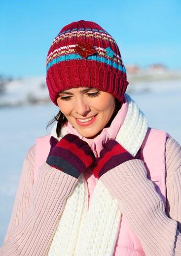 frau,geht,gehen,spaziergang,spazieren,winter,winterlich,schnee,schneelandschaft,landschaft,sonne,muetze,handschuhe,weste,gummistiefel,stiefel,lacht,lachen,freude,freudig,ausgelassen,heiter,spass,fun,schal,winterspaziergang,winterlandschaft,verschneit,port : Stock Photo