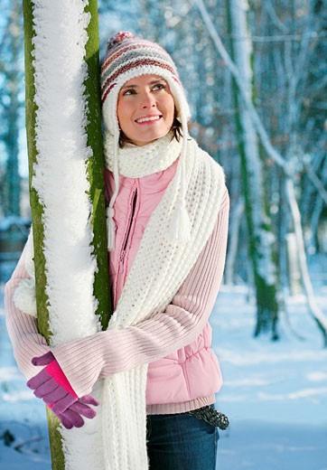 Stock Photo: 1566-534413 frau,geht,gehen,spaziergang,spazieren,winter,winterlich,schnee,schneelandschaft,landschaft,sonne,muetze,handschuhe,weste,lacht,lachen,freude,freudig,schal,winterspaziergang,winterlandschaft,verschneit,portraet,portrait,titel,aufmacher,titelbild,baum,angel