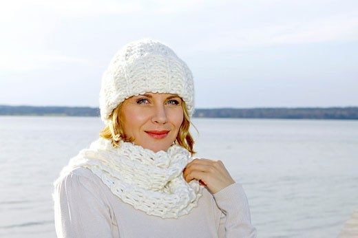 Stock Photo: 1566-534982 blonde woman in the late fall at a lake
