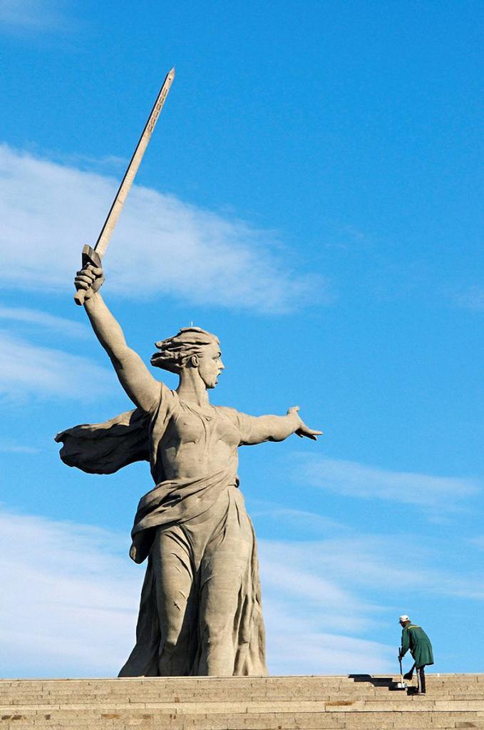 The Motherland Calls statue in Mamayev Kurgan commemorating the Battle of Stalingrad, Volgograd (formerly Stalingrad), Volgograd Oblast, Russia : Stock Photo