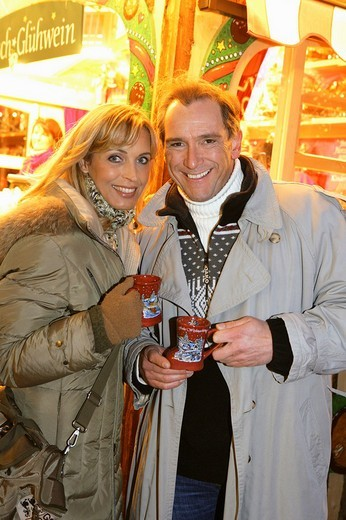 Couple enjoying mulled wine at christmas market in Munich, Germany : Stock Photo