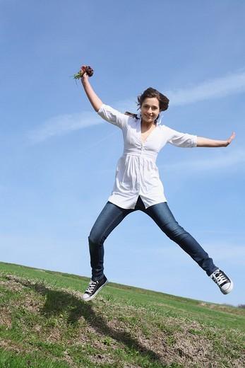 frau,wiese,blumen,blueten,fruehlingsblumen,fruehling,gras,natur,landschaft,sonne,sonnen, sonnenstrahlen,sonnig,geniessen,geniesst,relaxen,relaxt,ausruhen,sonnenschein,gesicht,entspannt,entspannung,fruehjahr, rasen,lacht,lachen,lachend,licht,sonnenlicht,so : Stock Photo