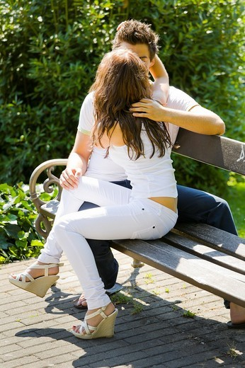 Stock Photo: 1566-557993 Kissing in a park