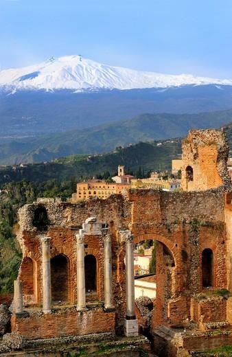 Stock Photo: 1566-568263 Italy, Sicily, Taormina, The Teatro Greco Greek theatre and mount Etna 3346 m
