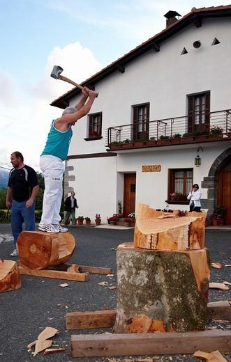 Stock Photo: 1566-576717 Luis Txapartegi, Aizkolari Corte de tronco, Deporte rural vasco, Aduna, Gipuzkoa, Euskadi, Spain