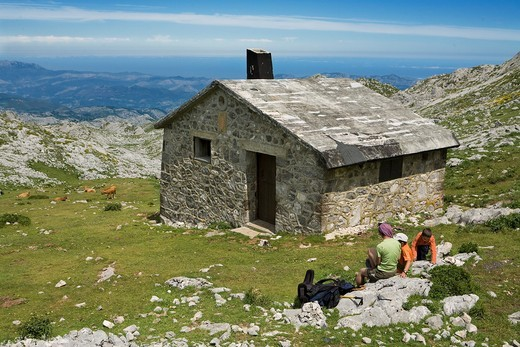 Stock Photo: 1566-577210 Family next to mountain hut, near to the Ordiales viewpoint, in the Cornion massif, Picos de Europa National Park, Asturias, Spain