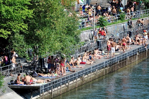 Zurich (Switzerland): people enjoying summer by the Limmat river's banks : Stock Photo