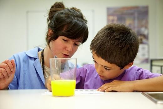 Stock Photo: 1566-582699 Niños realizan cata sensorial de refresco de naranja con la ayuda de una especialista en análisis sensorial, Cata de alimentos, Laboratorio sensorial, Azti-Tecnalia, Centro Tecnológico de Investigación Marina y Alimentaria, Derio, Bizkaia, Euskadi, Spain