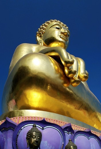 Stock Photo: 1566-589106 Golden Buddha in the Thai Corner of the golden triangle