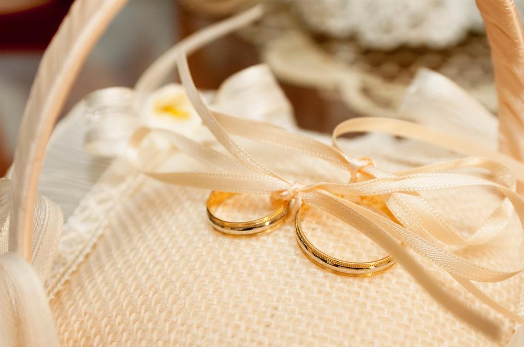 Alliances  Wedding rings : Stock Photo