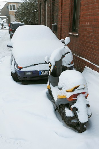 weather, severe winter, snow, traffic, automobile and motorbike completely covered in snow, D-Oberhausen, D-Oberhausen-Sterkrade, Sterkrade-Schmachtendorf, Ruhr area, North Rhine-Westphalia, NRW : Stock Photo