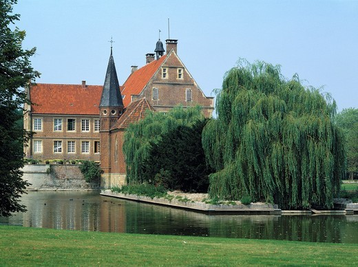 Germany, Havixbeck, Baumberge, Muensterland, Westphalia, North Rhine-Westphalia, NRW, castle Huelshoff, moated castle, renaissance, birthplace of the poetess Annette of Droste-Huelshoff, castle gardens, ditch : Stock Photo