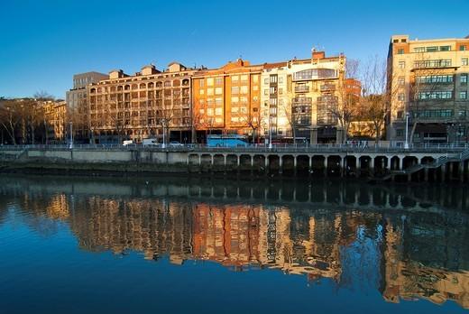 Rio Nervión en Bilbao  Vizcaya  Pais Vasco  España  Europa : Stock Photo