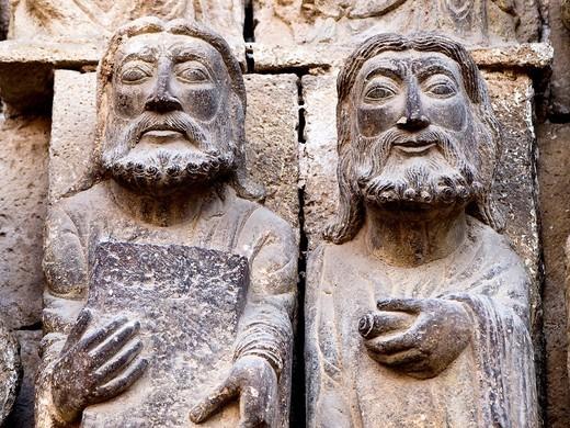 Esculturas de apóstoles en la portada románica de la iglesia de San Miguel Arcángel - Estella - Navarra : Stock Photo