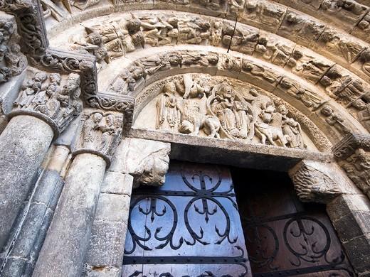 Portada románica de la iglesia de San Miguel Arcángel - Estella - Navarra : Stock Photo