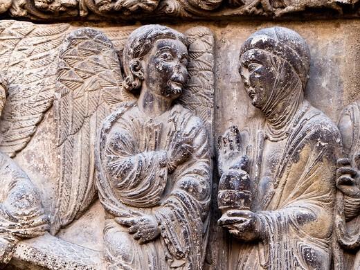 Escena de la Resurrección en la portada románica de la iglesia de San Miguel Arcángel - Un ángel recibe a las Tres Marías junto al sepulcro vacío de Jesús - Estella - Navarra : Stock Photo