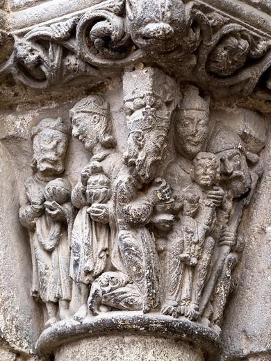 Stock Photo: 1566-601187 Capitel en la portada románica de la iglesia de San Miguel Arcángel con la escena de la Epifanía - Estella - Navarra - España