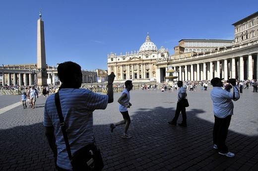 Stock Photo: 1566-608124 St. Peter´s square and St. Peter´s Basilica. Vatican city. Rome, Italy.