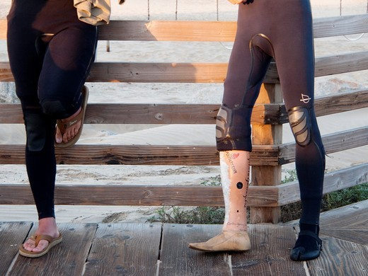 Before the Surf Clinic sponsored by AmpSurf, Nate Smids, who lost his lower leg after a snowboarding accident, talks about his prosthesis : Stock Photo