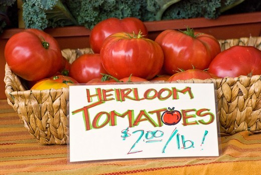 Organic locally grown tomatoes at farmers´ market in Nevada City, California : Stock Photo