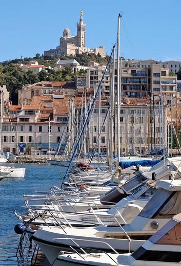 France, Marseille, le Vieux-Port protégé par Notre Dame de la Garde : Stock Photo