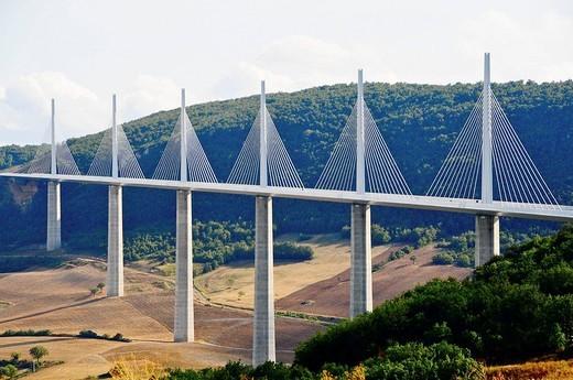 Stock Photo: 1566-619619 France, Aveyron 12, Millau, le viaduc de l´Autoroute A75 au dessus du Tarn, entre les causses de Sauveterre et du Larzac, concu par l architecte Lord Norman FOSTER