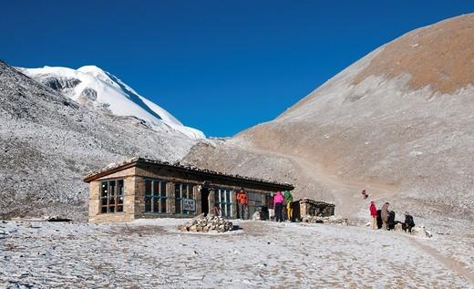 trekkers ascending the Thorung La Pass 5416m in the Annapurna region of Nepal : Stock Photo