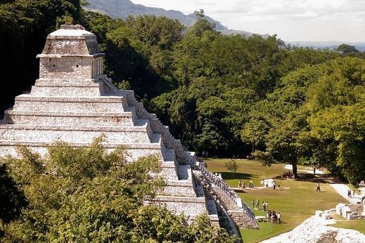 Clásico Tardío (600_900 d. C.) Desde el templo de la Cruz: templo de las Inscripciones. Palenque. Chiapas. México. : Stock Photo