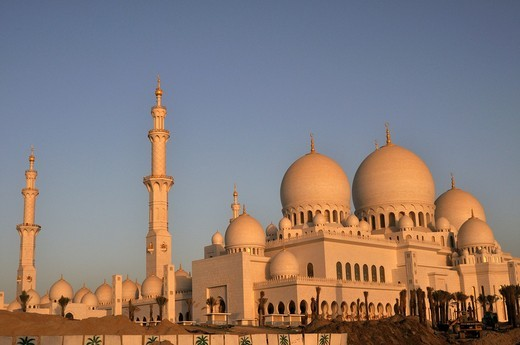 United Arab Emirates, Abu Dhabi, Sheikh Zayed Mosque, 20 000 meter square, 4 minarets of 107 m high, 82 domes, thousands of marble columns, 30, 000 Pilgrim : Stock Photo