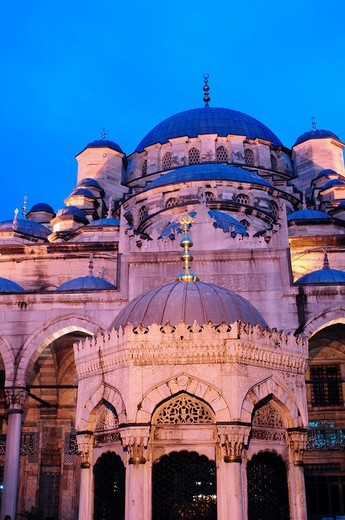 Stock Photo: 1566-625000 Turkey, Istanbul, The New Mosque or Mosque of the Valide Sultan at Night