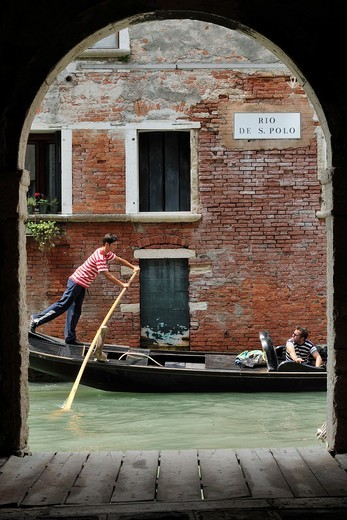 Venice  Italy  Gondola viewed through archway on Rio di San Polo : Stock Photo