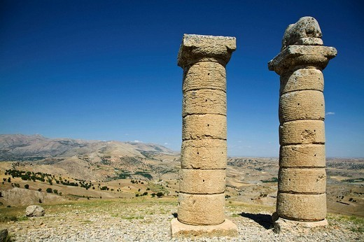 TURKEY, Anatolia, Nemrut Dagi National Park, Karakus Tumulus, Two columns one with lion on top near burial ground for Commagene Royal Family : Stock Photo