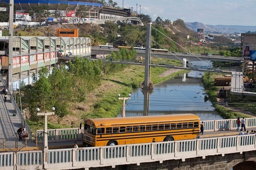 Honduras, Tegucigalpa, Bus crossing Bridge over Rio Choluteca, Mercada La Isla, La Isla Market, National stadium, Estadio Nacional, Tiburchio Carias Andino, and Parque La Paz : Stock Photo