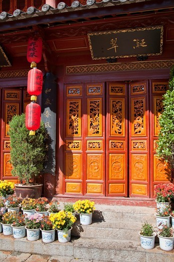 Carved wooden doors on a building in Dayan old town, Lijiang, Yunnan Province, China : Stock Photo