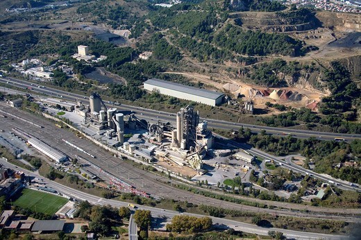 Spain, Catalonia, Barcelona, Barcelonés, Montcada, Lafarge cement plant, freeway C-33 : Stock Photo