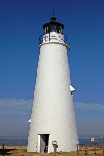 The 38-foot tower of the 1828 Cove Point Light, the oldest continuously operating lighthouse on the Chesapeake Bay, Cove Point, Maryland : Stock Photo