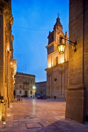 View of St. Paul´s Cathedral from Archbishop Square, Mdina, Malta : Stock Photo