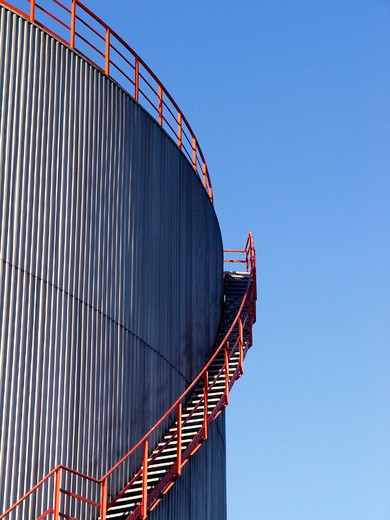 Stock Photo: 1566-677378 Oil storage tank with stairs