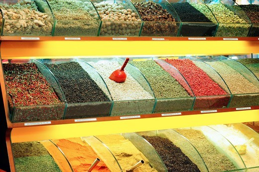 Stock Photo: 1566-681330 Turkey, Istanbul, Eminoenue, Spice Bazaar, Egyptian Bazaar, Display of Spices
