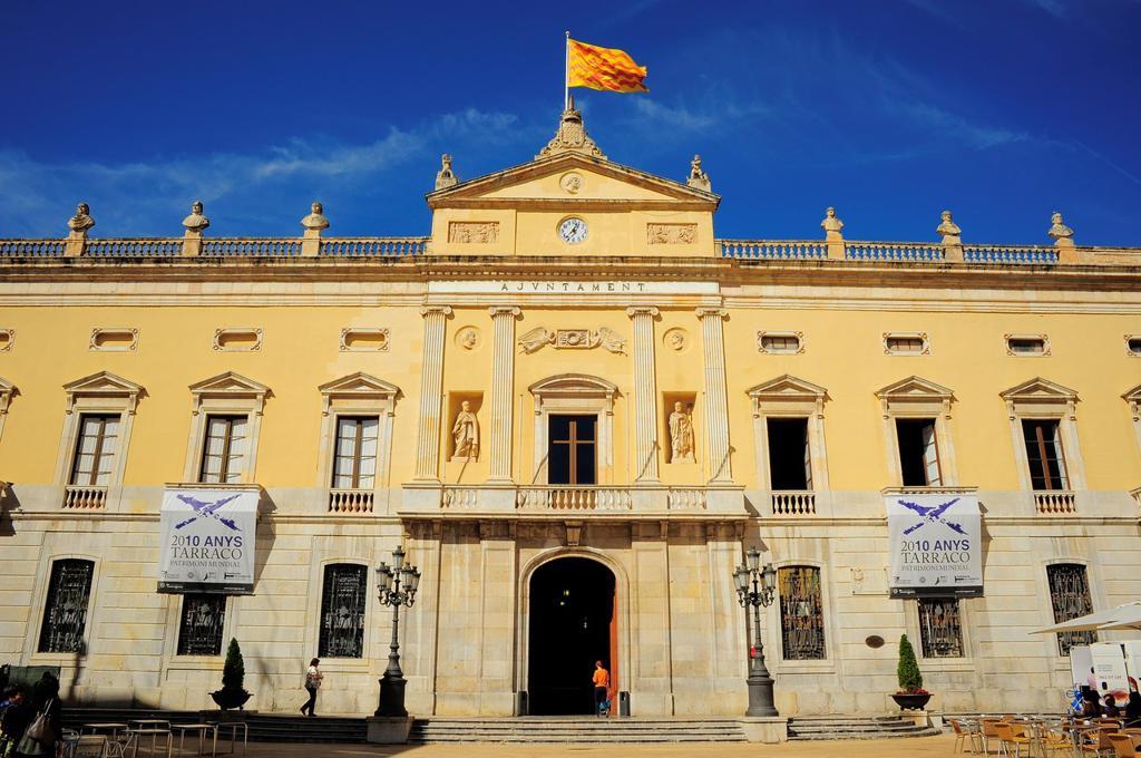 Fachada y entrada principal del Ayuntamiento de Tarragona, Catalunya, España : Stock Photo