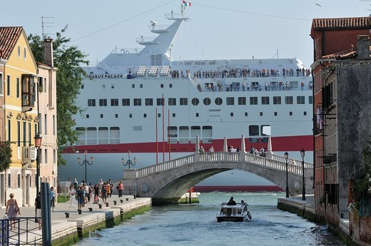 Venice  Italy  A Cruise ship passes through the Canale della Giudecca : Stock Photo