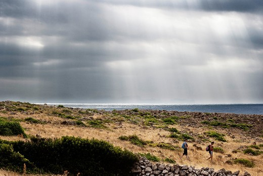 Rayos de sol en una excursión del tramo de camí de cavalls del Pont de´n Gil, Menorca, Islas Baleares, Spain : Stock Photo
