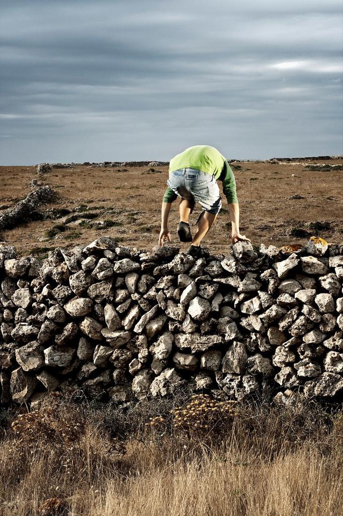 saltar la valla para continuar el camino : Stock Photo