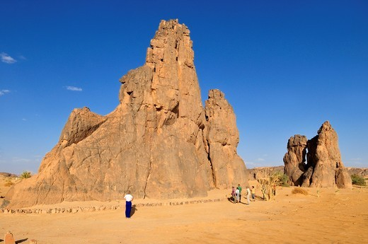 Stock Photo: 1566-690020 tourists in front of the rock with the famous rock engraving of a crying cow, neolithic rockart near Djanet, Tassili n´ Ajjer National Park, Unesco World Heritage Site, Wilaya Illizi, Algeria, Sahara, North Africa