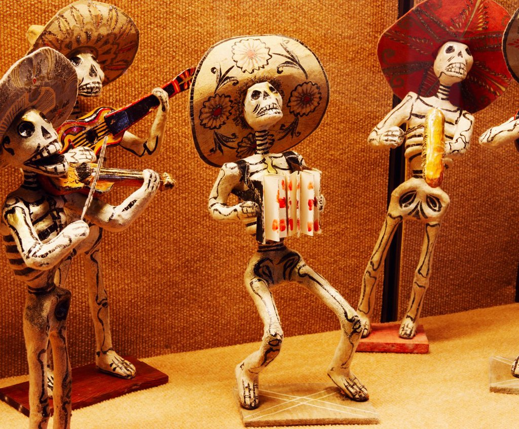 Mexican skeleton dolls depicting ´Dia de Los Muertos´ Day of the Dead celebrations : Stock Photo