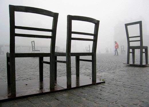 Poland, Krakow, Podgorze district, Memorial to the heroes of the Krakow ghetto, metal chairs : Stock Photo