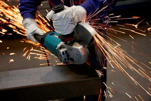 Trabajos de corte de perfil cuadrado de acero, Amoladora equipada con disco abrasivo, Industria metalurgica, Legazpi, Gipuzkoa, Euskadi, Spain : Stock Photo